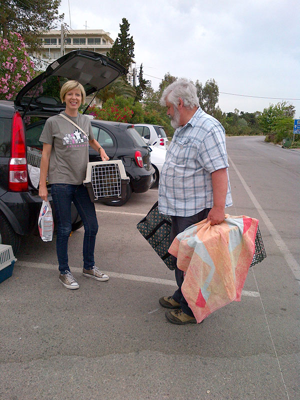 Cordelia arrives with Blackie and Bugsy — note her stylish Nine Lives t-shirt. You can buy them from the Nine Lives Greece website (click on 'How to help' then 'Shop for the strays')
