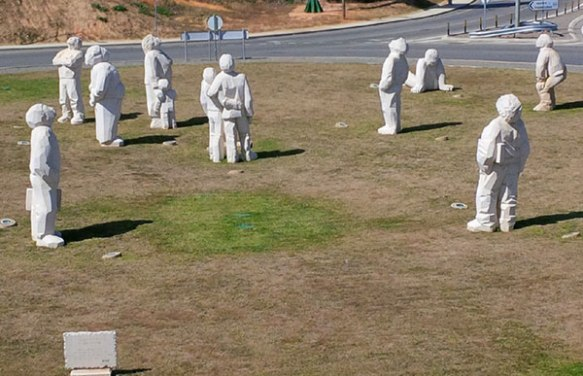 Anyone who lives near to, or travels in and out of, Faro airport will be familiar with these fabulous figures peering up at the sky from the roundabout. Called 'The Plane Watchers', these roughly hewn stone sculptures are by Teresa Paulino. They make us smile every time we see them.